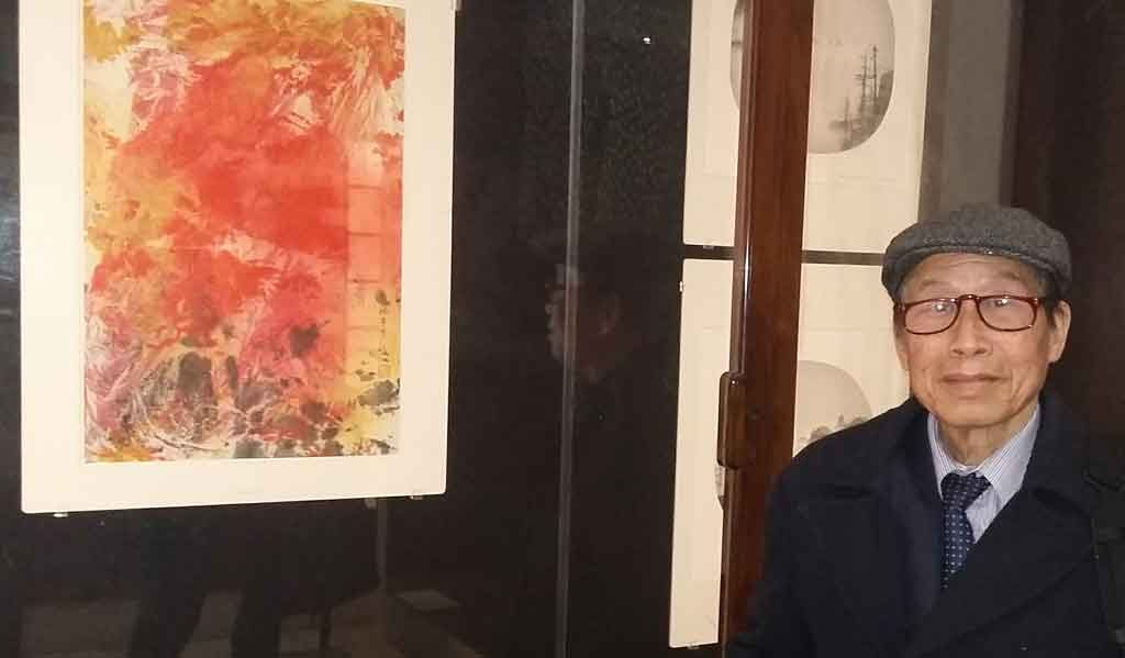Hai Shuet Yeung, MBE, in front of his abstract painting at the British Museum. Photo: AFIS/sajidrizvi